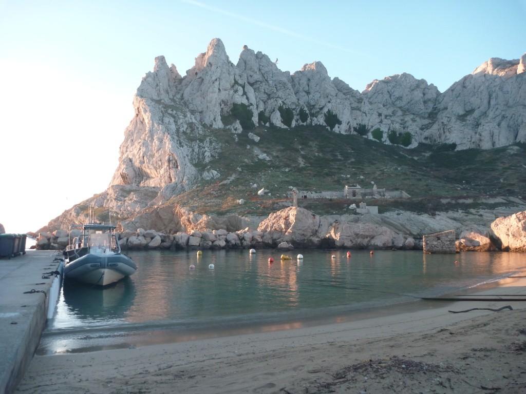 Le petit port de Cap Croisette, baigné par un soleil radieux aux premières heures du jour